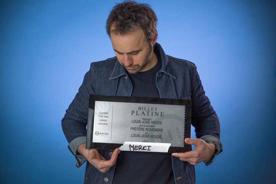 Photo de l'humoriste posant avec un prix, tournée Louis-José-Houde préfère novembre.