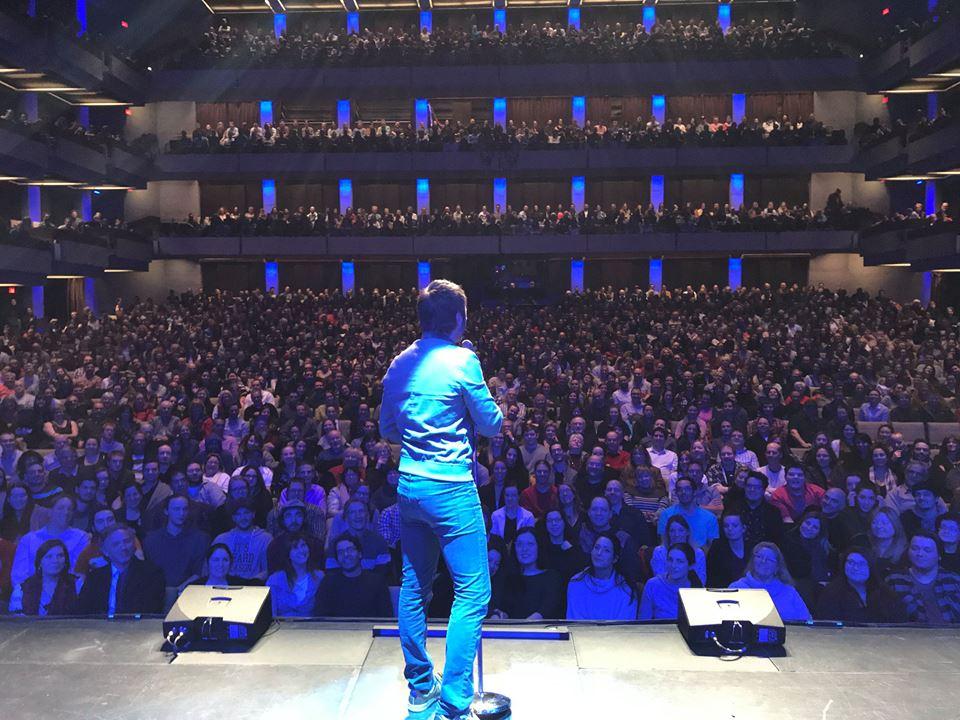 Performance de l'humoriste sur scène et vue sur le public, tournée Louis-José-Houde préfère novembre.