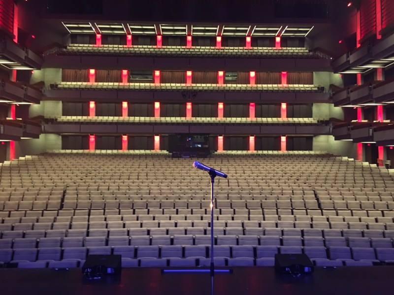 Photo d'une salle vide avec un micro, tournée Louis-José-Houde préfère novembre.