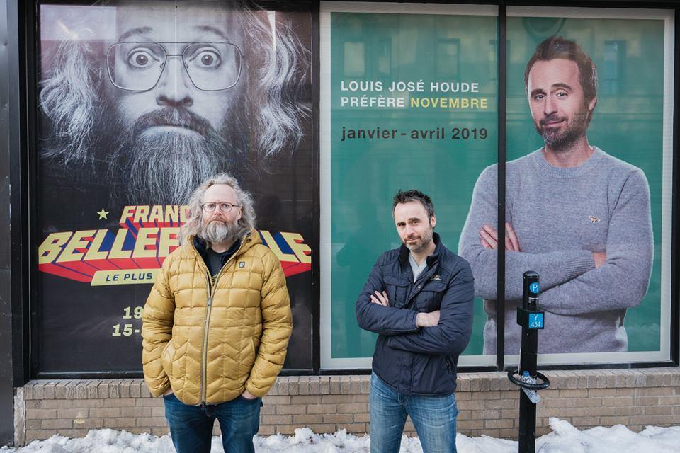 Photo de l'humoriste dans la rue avec François Bellefeuille, tournée Louis-José-Houde préfère novembre.