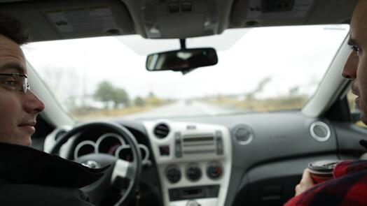 Louis-José Houde en voiture, en route pour l'Abitibi, tournée Les heures verticales.