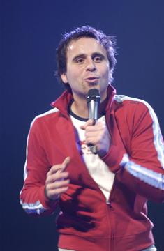 Louis-José Houde racontant une anecdote sur scène, tournée Louis-José-Houde.