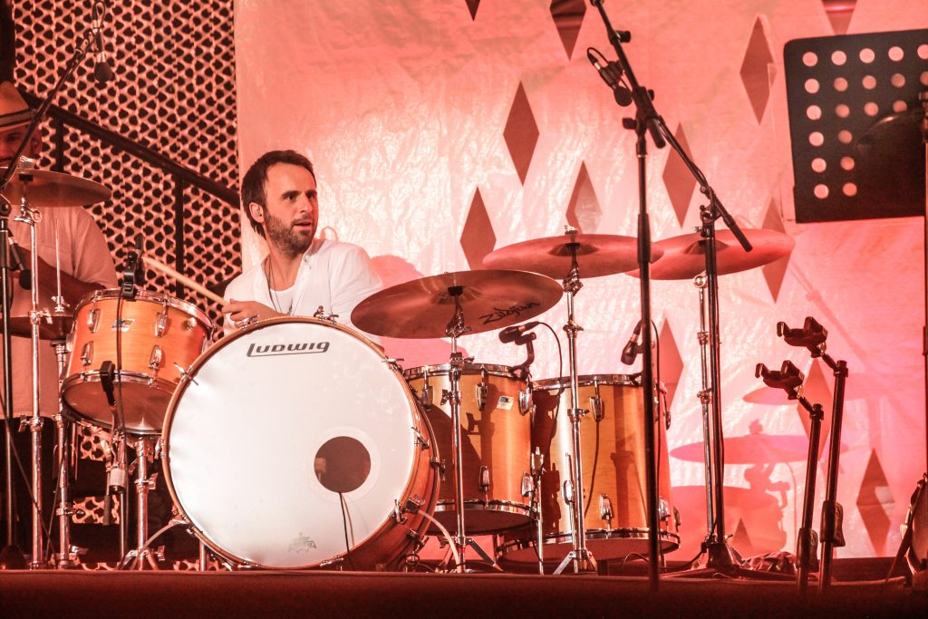 Louis-José Houde à la batterie sur scène, tournée Les heures verticales.