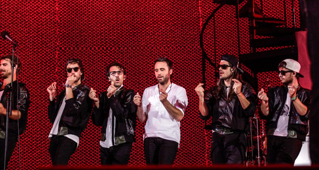 Louis-José sur scène avec des artistes, tournée Les heures verticales.