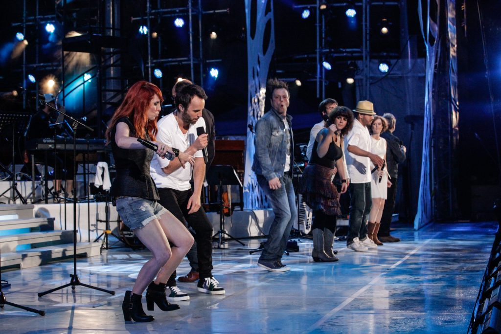 Louis-José sur scène avec des chanteurs québécois, tournée Les heures verticales.