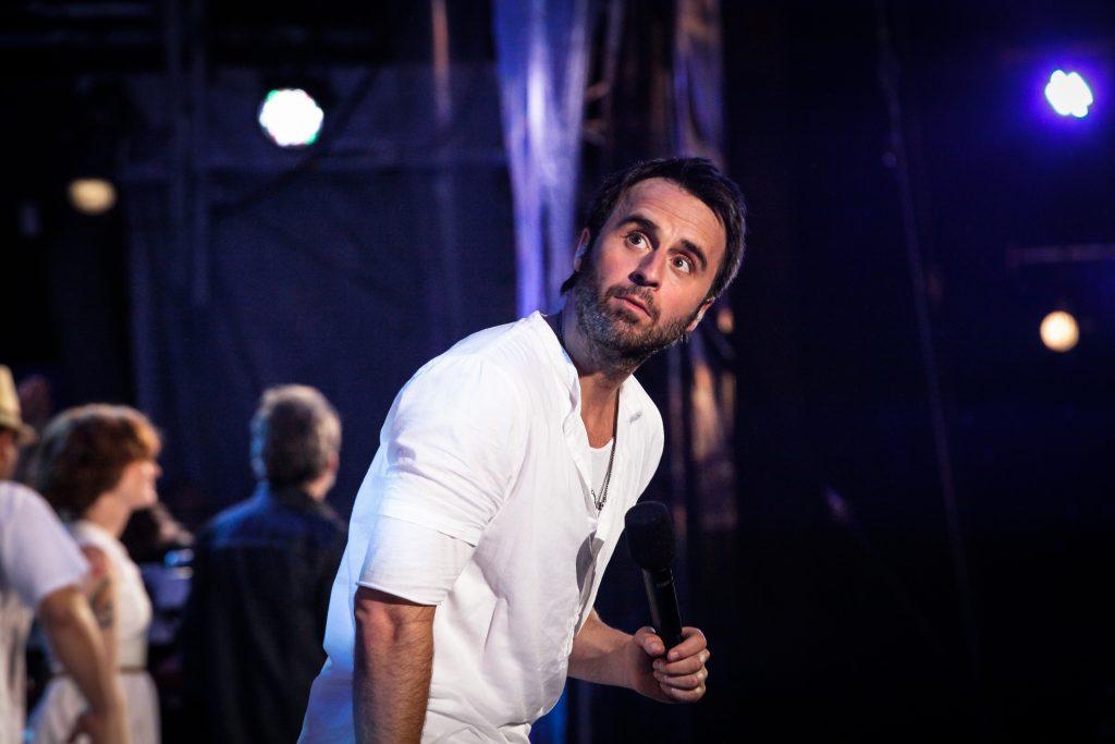 Louis-José Houde performant sur scène, le regard au loin, tournée Les heures verticales.