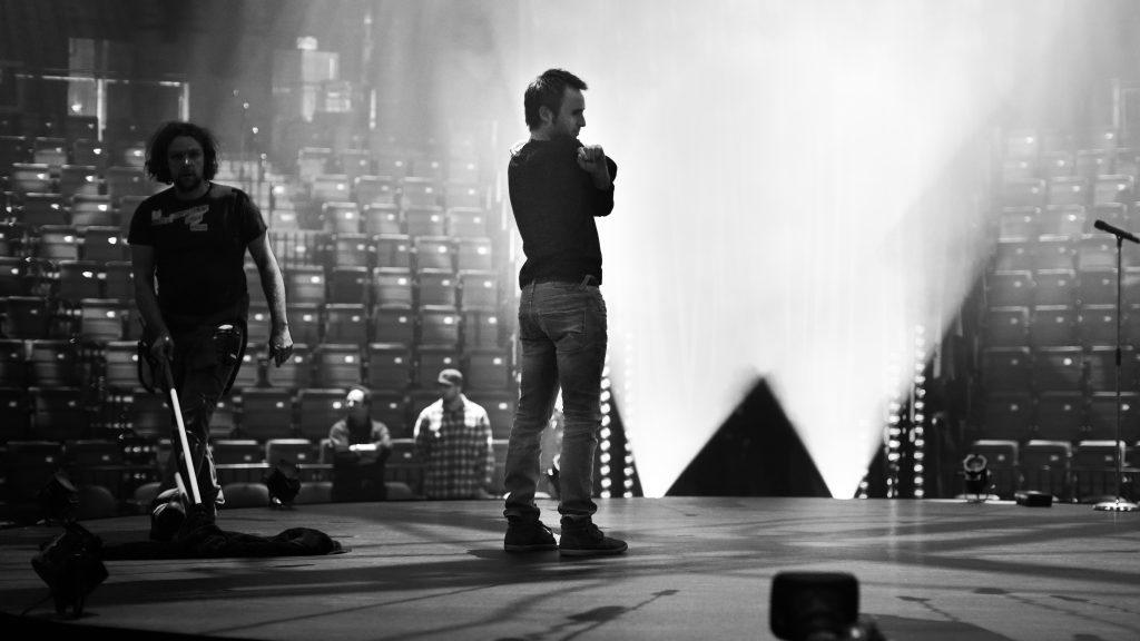 Louis-José Houde sur scène après un spectacle, tournée Les heures verticales.