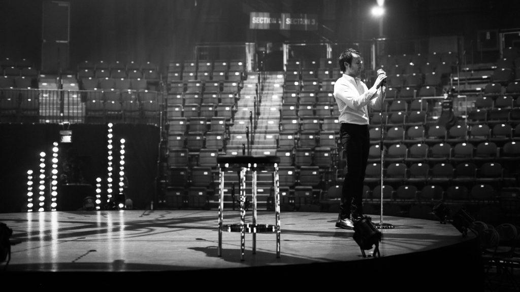 Louis-José Houde sur scène répétant sans public durant la tournée Les heures verticales