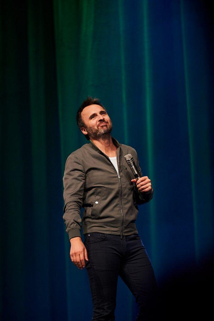 L'humoriste sur scène devant un rideau, tournée Louis-José-Houde préfère novembre.