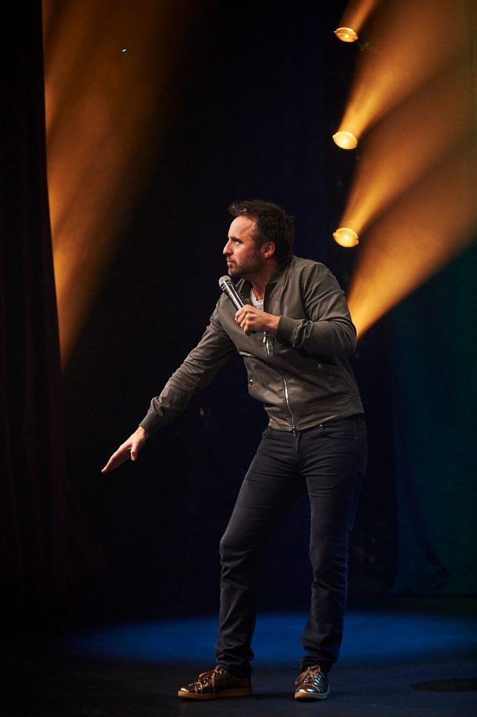 Photo de l'humoriste performant sur scène, tournée Louis-José-Houde préfère novembre.