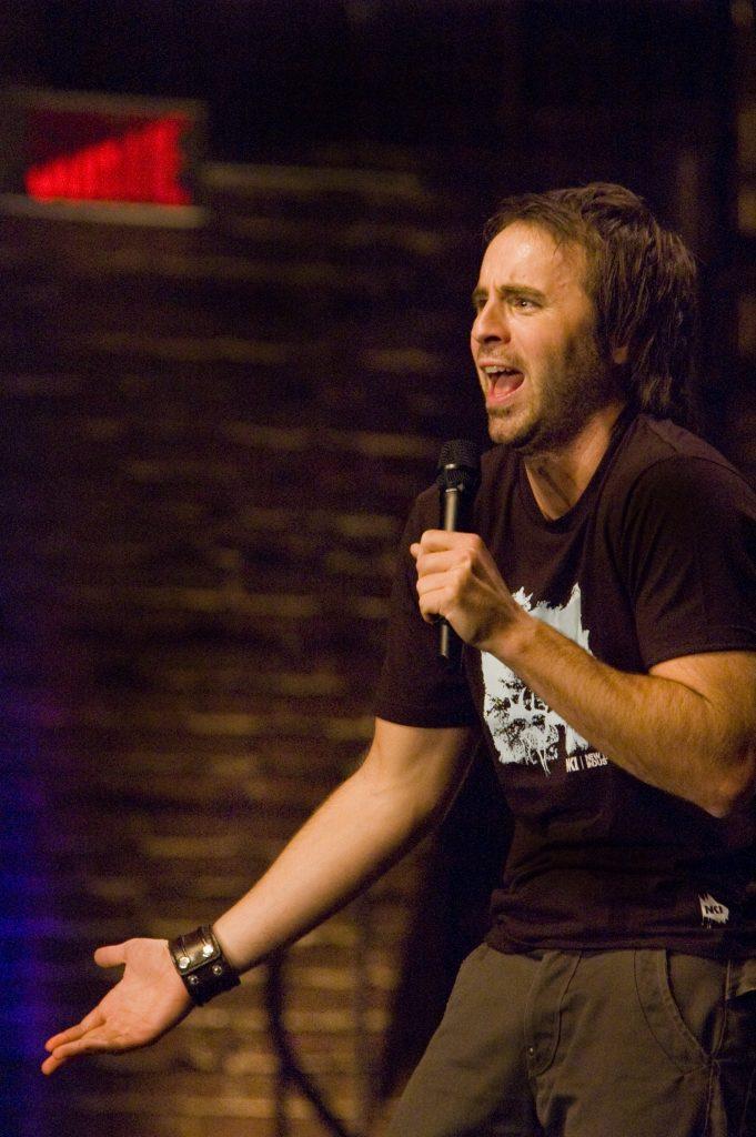 Louis-José Houde racontant une anecdote sur scène durant le Show caché 1.