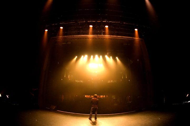 Louis-José Houde lors de tests de son sur scène, tournée Suivre la parade.