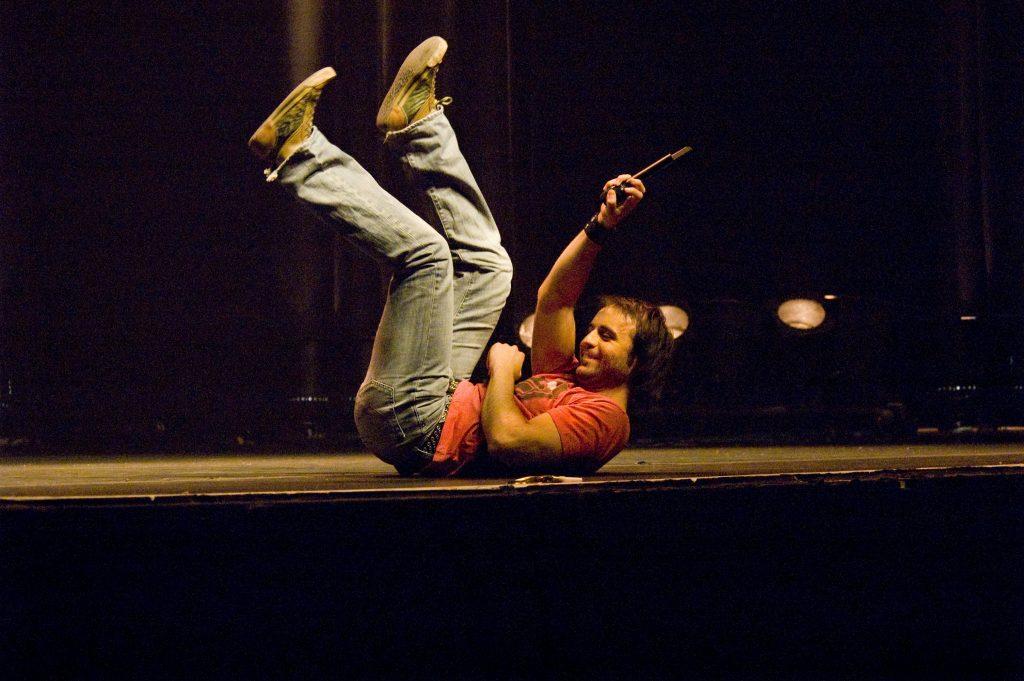 Louis-José Houde couché sur scène durant sa représentation unique du Show caché 1.