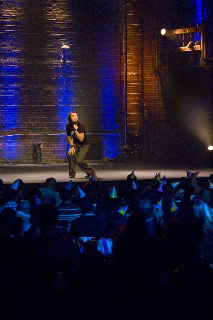 Louis-José Houde performant sur scène durant le Show caché 1.