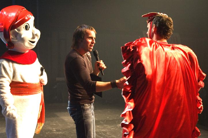 Louis-José Houde sur scène avec le Bonhomme Carnaval, tournée Suivre la parade.